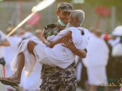 رجل أمن يحمل حاجاً مسناً بعد أن نال منه التعب .. صورة أثارت الإعجاب