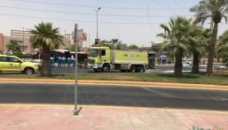 """انقلاب """"شاحنة نفط"""" بالقرب من """"أمانة الأحساء"""" .. و""""الدفاع المدني"""" يتدخل"""