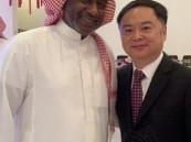 شاهد .. السفير الصيني يُفاجئ ماجد عبدالله بعرض هدفه الشهير في منتخب بلاده