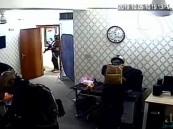 """شاهد .. مسلحين ملثمين يقتحموا مكتب """"العربية"""" في بغداد"""