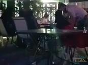 الشرطة تطيح بمقيمين تحرشا بفتيات في أحد المقاهي