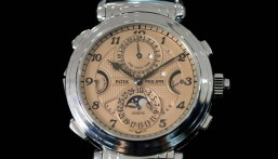 """بسعر فلكي.. """"مجهول"""" يشتري أغلى ساعة يد في التاريخ"""