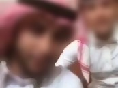 إيقاف مقيمَيْن ظهرا في فيديو يتضمن إساءة للزي السعودي