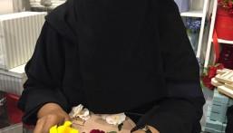 """بالصور.. تعرّف على قصة أول سعودية كفيفة تقتحم سوق """"تنسيق الزهور"""" !!"""