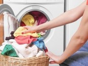 باحثون يوصون بغسل الملابس بمياه باردة