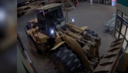 شاهد… بالفيديو: أغرب سرقة لماكينة صراف آلي في العالم