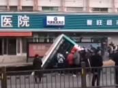 بالفيديو… شاهد: حفرة تبتلع حافلة وتُخلف 6 قتلى و10 مفقودين