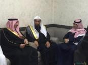 """الأمير عبدالعزيز بن محمد بن جلوي يقدم واجب العزاء لأسرتي """"الزبير والحليبي"""""""