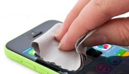 الطرق التقليدية لتنظيف شاشة الهاتف.. تدمره