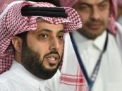 تركي آل الشيخ يقدم دعماً مالياً لوالد الطفل الذي توفي بمباراة الفتح والوحدة
