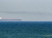 """العربية: مسلحون يعتلون سطح سفينة في """"خليج عمان"""""""