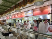 بالصور… إتلاف أطنان من المواد الغذائية الغير صالحة للإستخدام بمتجر شهير في الأحساء