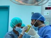 لم تمنعه جائحة كورونا عن واجبه .. جراح سعودي يفطر في غرفة العمليات لإنقاذ مريض