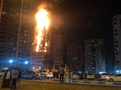 بالفيديو من الشارقة .. اندلاع حريق هائل فى واجهة أحد الأبراج السكنية