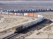 """""""الخطوط الحديدية"""" تكشف عن حادث تصادم سيارة بقطار لنقل البضائع وإصابة أحد ركابها"""