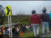 مقطع مروع لأشخاص حاولوا سرقة الوقود فانفجرت الشاحنة فيهم وقتلت العشرات