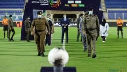 شاهد في مباراة الفتح والفيحاء .. ممر شرفي لأبطال الصحة والأمن