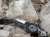 بالصور … الدفاع المدني يعثر على جثث 4 شبان سقطت على مركبتهم صخور ضخمة