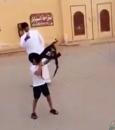 فيديو صادم .. طفل يطلق النار من سلاح رشاش داخل حي سكني