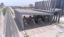 """شاهد بالفيديو… """"جسر الملك فهد"""" توفر خدمات """"الدفع الآلي"""" عبر مشروع البوابات الجديدة"""