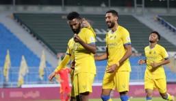 """برأسيتي العمري والبريكان """"النصر"""" يتغلب على """"القادسية"""" ويحقق فوزه الأول هذا الموسم"""