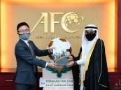 السفير السعودي في ماليزيا يُسلم الملف السعودي لاستضافة كأس آسيا 2027