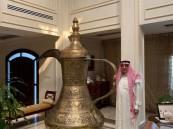 """في الأحساء … الشيخ """"عبدالعزيز الموسى"""" يحكي لـ""""الأحساء نيوز"""" عن """"أضخم دلة"""" قد تراها عيناك (صور)"""