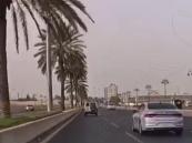 فيديو يكشف قائد مركبة متهور يترنح بمركبته يميناً ويساراً على طريق سريع