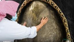 """بالصور … """"الشيخ السديس"""" يُطيب """"الكعبة"""" بدهن العود الفاخر"""