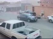 حاول أحد أقاربه تهريبه بصدم سيارة شرطة .. ضبط متورط بعدد من الجرائم في الشرقية