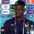 شاهد.. لاعب منتخب فرنسا يزيح زجاجة خمر من أمامه خلال مؤتمر صحفي
