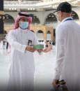 """""""شؤون الحرمين"""" توزّع مراوح يدوية على ضيوف الرحمن"""