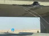 شاهد .. شاحنة تصدم جسر في الأحساء وتُغلقه للصيانة (صور)