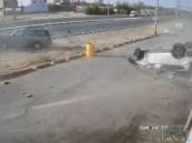 شاهد … حادث تصادم مروّع بين مركبتين وجهًا لوجه وانقلاب إحداهما ووفاة 4 من عائلة واحدة