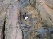 بالفيديو: شاب يسقط من فوق جبل وسط صراخ أصدقائه