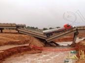 بالصور .. سقوط مركبتين وإصابة قائديهما بعد انهيار جسر الثمامة بالرياض