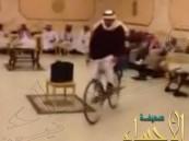 """بالفيديو.. سعودي يفاجئ المدعوين بدخوله قاعة زفافه على """"دراجة هوائية"""""""
