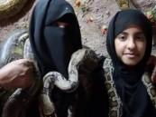 بالفيديو … أم سعودية تربي الثعابين لتوفير القوت لابنتها