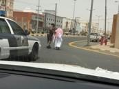 رجل أمن يوقف دوريته لمساعدة مسن في عبور الطريق