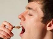 بريطاني يتناول آلاف الحشرات ليتجنب أمراض القلب