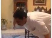 بالفيديو… عصفور يلاصق عبد الله الرويشد أثناء صلاته .. !!