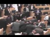 """""""بالفيديو""""نائب يطلق النار من كلاشينكوف داخل المجلس النيابي الاردني"""
