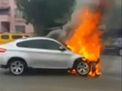 بالفيديو.. كويتية تبكي سيارتها المحترقة امام عينيها بعد حادث مروري
