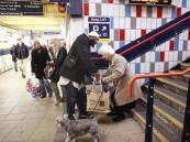 صورة شاب مسلم يساعد عجوزًا ضمن أكثر اللقطات تأثيرًا في العالم