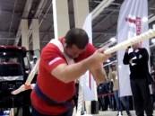 بالفيديو … روسي يسحب جرارا يزن 8 طن