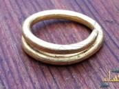 امرأة تعثر على خاتم ذهبي عمره أكثر من ألفيّ سنة