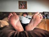 بريطانية لم تغادر منزلها منذ 20 عاماً بسبب حساسية قدميها ضد الأحذية