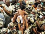 صورة رجال الأمن يحملون طفلاً لحمايته من زحام الحج تثير الإعجاب