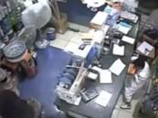 بالفيديو …. طفل محترف يسرق محلا بجدة في 55 ثانية