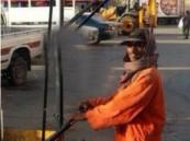 بالصورة.. مظلة مبتكرة لحماية عمال النظافة من الشمس بالقصيم